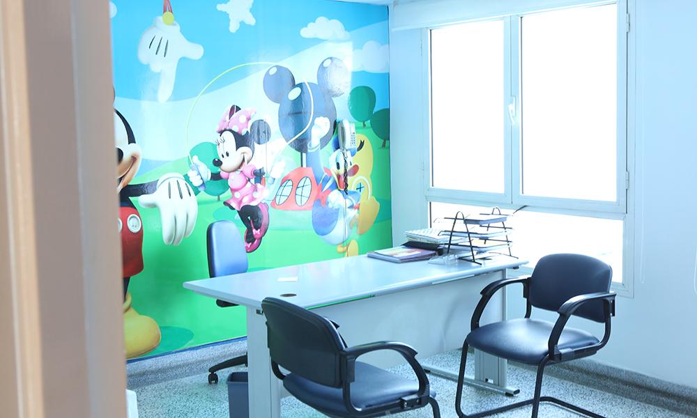Un service d'accueil avec deux salles d'attente et une aire de jeux